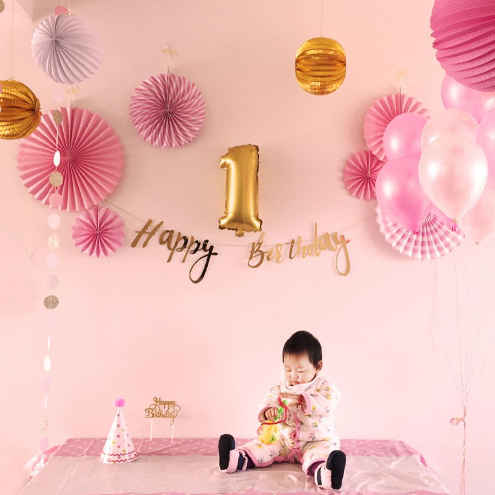 Bambina che festeggia il primo compleanno