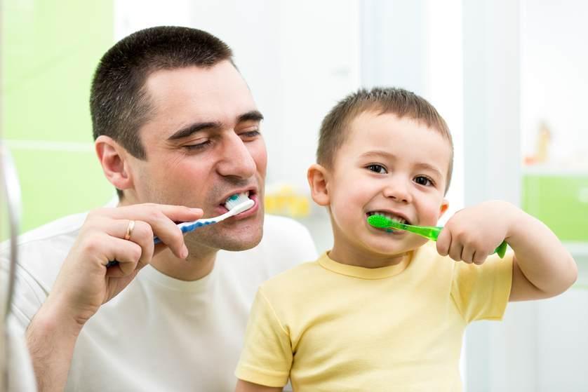 Papà e figlio che si lavano i denti insieme