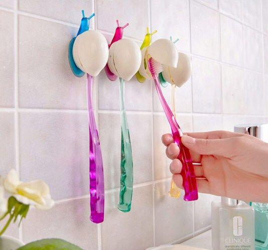 Porta spazzolino individuale con 3 spazzolini appesi.
