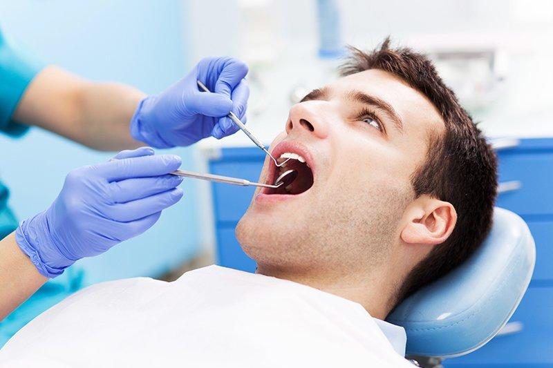 Uomo dal dentista