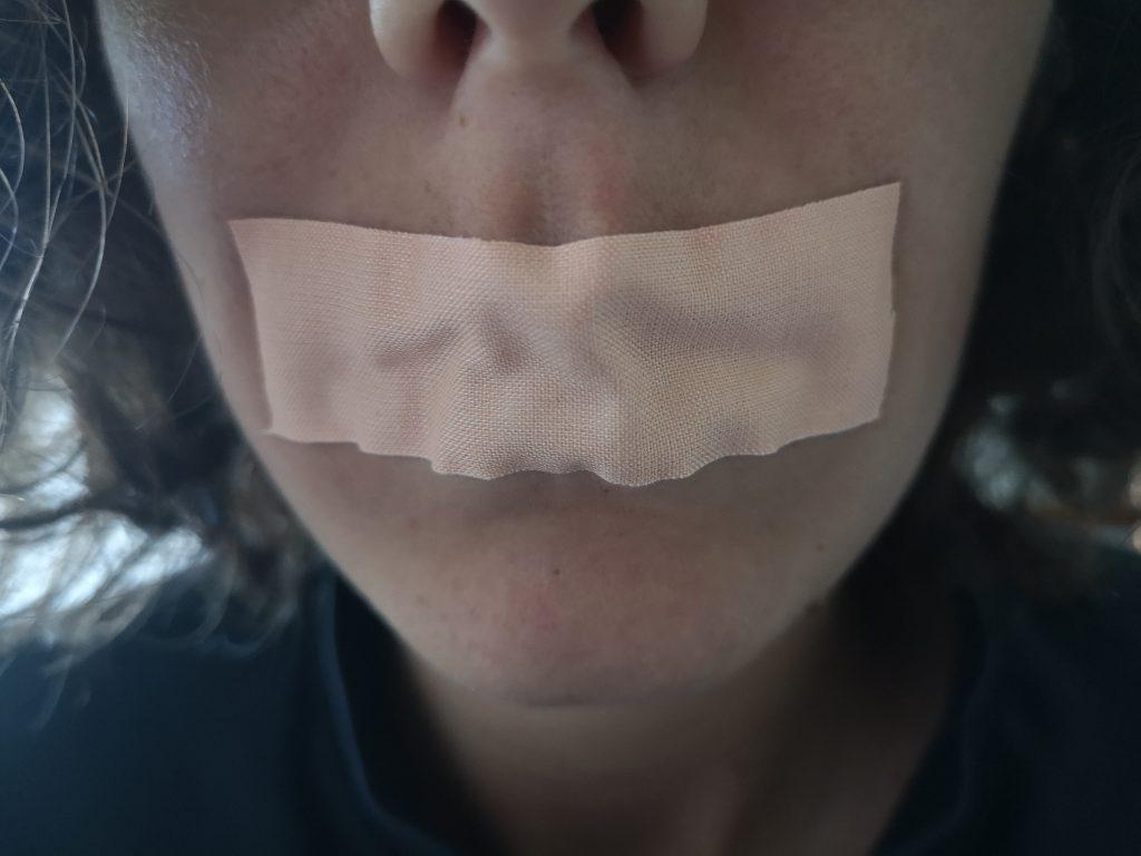 Scotch orizzontale sulla bocca