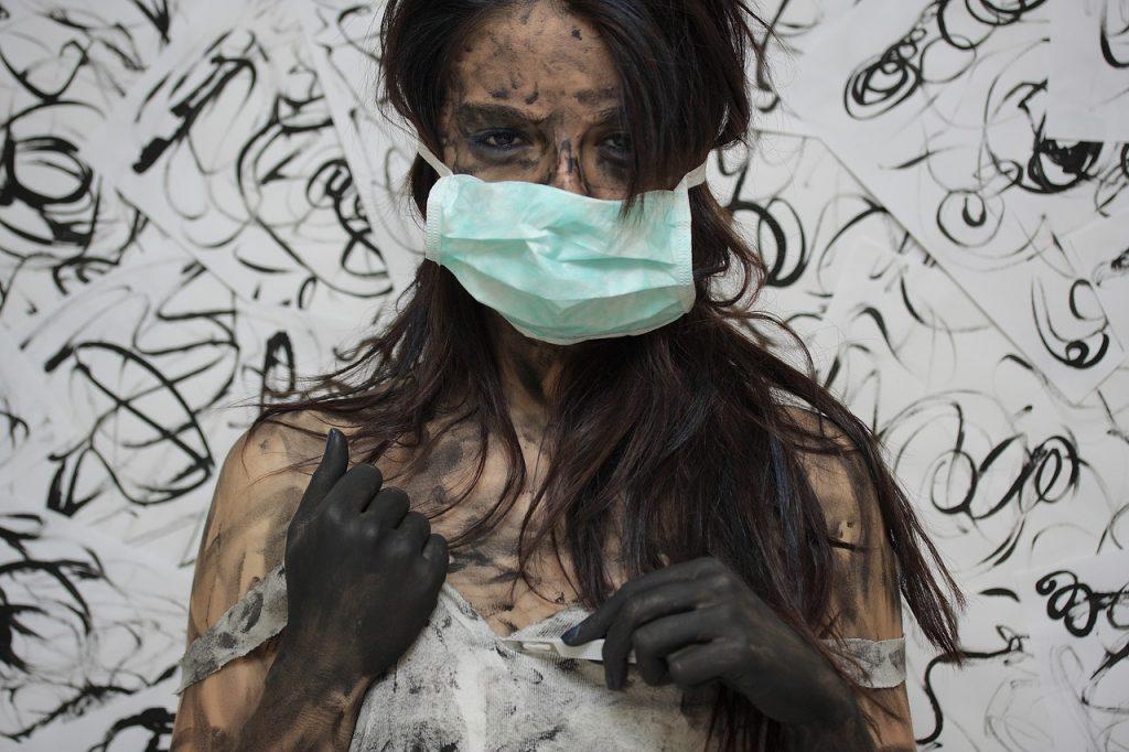 Donna con depressione e mascherina