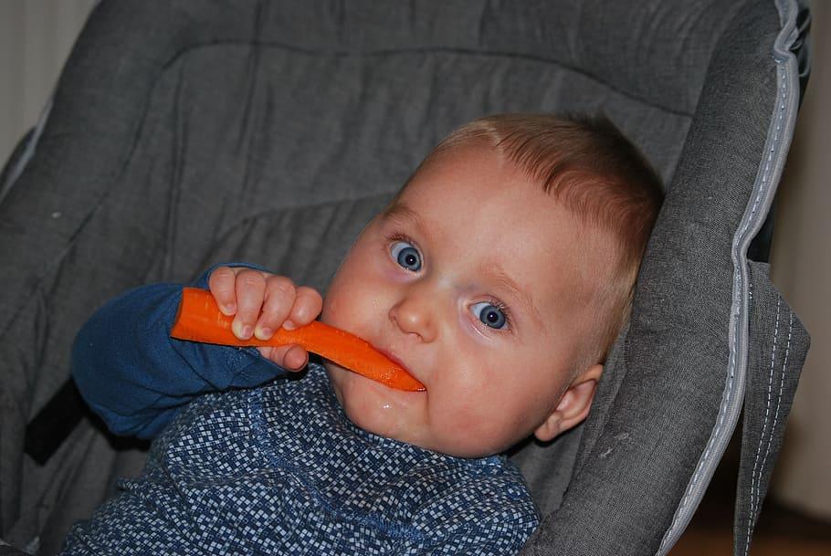 Bebè mangia una carota
