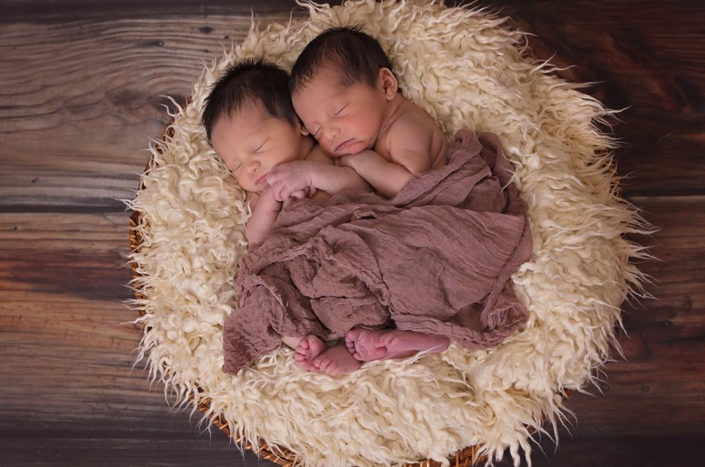 Gemelli dormono abbracciati